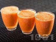 Рецепта Зеленчуково здравословно червено смути с кисело мляко, домати, краставици, чушка, сок от ябълки и моркови